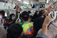 Situasi penumpang KRL pada waktu jam sibuk seperti pagi, sore, dan waktu-waktu tertentu. Foto: katakini.com