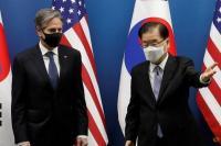 Menteri Luar Negeri Korea Selatan Chung Eui-yong memberi isyarat di samping Menteri Luar Negeri AS Antony Blinken sebelum pertemuan Menteri Luar Negeri dan Pertahanan antara Korea Selatan dan AS di Kementerian Luar Negeri di Seoul, Korea Selatan pada 18 Maret 2021. (Foto: Lee Jin -pria/Kolam renang melalui Reuters)