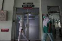 Petugas medis melintasi ruang isolasi Rumah Sakit Umum Pusat (RSUP) Dr. Sardjito, Sleman, DI Yogyakarta.(foto: Antara)