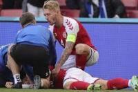 Gelandang Denmark, Christian Eriksen tergeletak di tanah setelah pingsan pada laga Denmark vs Finlandia di Grup B Euro 2020 di Parken Stadium, Copenhagen, Sabtu (12/6/2021). Laga dihentikan jelang berakhirnya babak pertama setelah Christian Eriksen pingsan. (foto: AP/ yahoo.com)