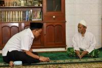 Wakil Ketua MPR RI Jazilul Fawaid  bersama almarhum KH A Nawawi Abdul Djalil semasa hidup. (foto: Humas MPR)