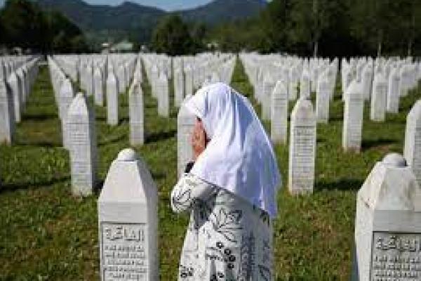 Seorang wanita mengunjungi makam korban kekejaman perang di Srebenica (foto: bolarakyat.com)