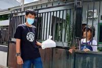 Aktifitas Relawan Roa Jaga Roa saat mengantarkan makanan ke warga Isoman (Istimewa).