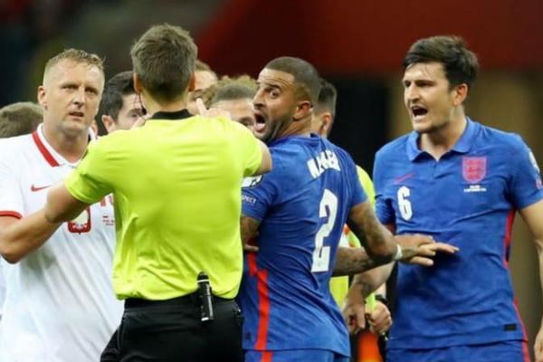 Kamil Glik dari Polandia dan Kyle Walker dari Inggris memprotes wasit Daniel Siebert saat pemain Inggris Harry Maguire bereaksi. Foto: CNA