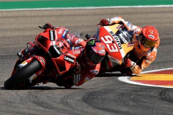 Duel antara Bagnaia dan Marquez di GrandPrix Aragon, Minggu 12/09/2021. Foto: CNA