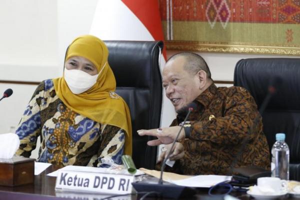 Ketua DPD RI LaNyala Mahmud Mattalitti bersama Gubernur Provinsi Jawa Timur Khofifah Indaparawansa. Foto: dpd/katakini.com