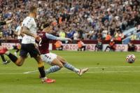 Pemain Aston Villa  Matty Cash mencetak gol pertamanya ke gawang Everton (foto:  Reuters)