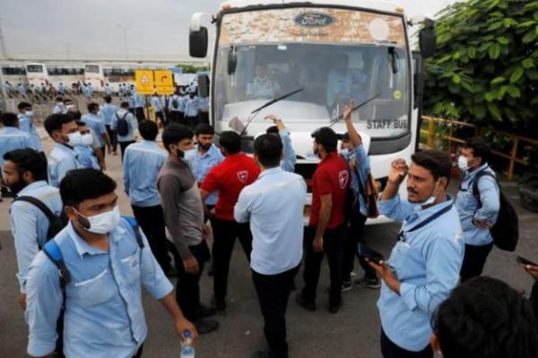 Para Buruh berkumpul di depan pabrik untuk menuntut hak mereka. Foto: CNA