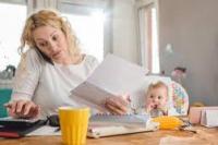 Ilustrasi kesibukan ibu bekerja dan merawat buah hati (foto: ibupedia)