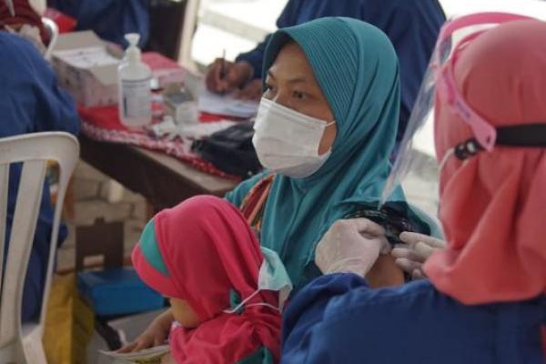 Lembaga Pembiayaan Ekspor Indonesia (LPEI) bekerja sama dengan organisasi sosial Loro-Blonyo dan SONJO menyelenggarakan kegiatan vaksinasi di Masjid Girigondo, Kapanewon Temon, Kabupaten Kulon Progo, Ahad (26/9/2021). (Foto: Ist)