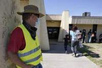 Dave, dari Toledo, Ohio, mengenakan rompi neon saat para migran dibebaskan dari tahanan Bea Cukai dan Perlindungan Perbatasan AS pada hari Jumat di Del Rio. Dia berkendara ke Texas Barat Daya dengan harapan bisa menjemput temannya Ruth dan keluarganya. (AP/ arabnews.com)