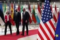 Presiden AS Joe Biden berjalan dengan Presiden Dewan Eropa Charles Michel dan Presiden Komisi Eropa Ursula von der Leyen selama KTT UE-AS, di Brussels, Belgia 15 Juni 2021. Foto: CNA