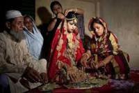 Nasoin Akhter (15) mempersiapkan diri menjelang pernikahannya dengan seorang pria berumur 32 tahun di Manikganj, Bangladesh, 20 Agustus 2015. Menurut laporan Human Rights Watch, Bangladesh menjadi negara dengan tingkat perkawinan anak tertinggi di dunia. 29 persen anak perempuan menikah sebelum usia 15. Allison Joyce/Getty Images  Nasoin Akhter (15) mempersiapkan diri menjelang pernikahannya dengan seorang pria berumur 32 tahun di Manikganj, Bangladesh (foto: Getty Images/ tempo.co)
