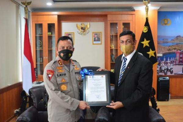 Utusan khusus perdana menteri Timor Leste, Mr Jesuino Dis Reis de Matos Carvalho saat menyampaikan apresiasi pengakuan dan penghargaan pemerintah Timor Leste kepada Kapolda NTT, Irjen Pol Lotharia Latif, Kamis (21/10/2021).