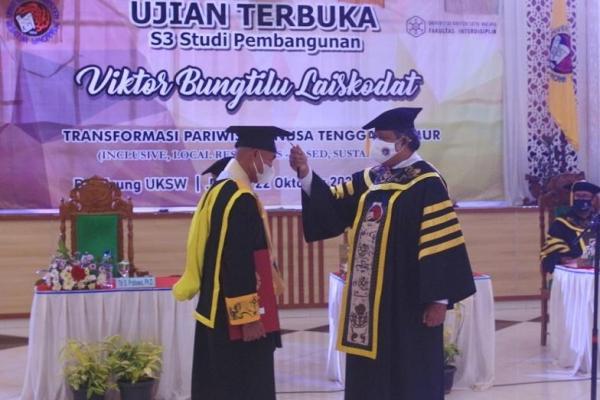 Gubernur Nusa Tenggara Timur, Viktor Bungtilu Laiskodat (VBL) resmi menyandang gelar doktor dalam ujian terbuka doktor studi pembangunan yang diadakan secara luring terbatas di Balairung UKSW, Jumat (22/10/2021).