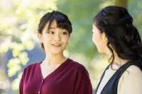 Putri Mako Jepang (kiri), putri Putra Mahkota Akishino dan Putri Mahkota Kiko, berbicara dengan adik perempuannya, Putri Kako, saat mereka berjalan-jalan di taman kediaman properti kekaisaran Akasaka di Tokyo pada 6 Oktober (foto:  BADAN RUMAH TANGGA IMPERIAL / japantimes.co.jp)