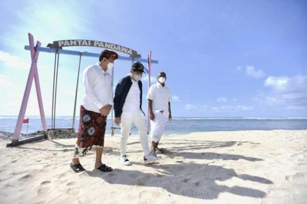 Menteri Desa, Pembangunan Daerah Tertinggal dan Transmigrasi (Mendes PDTT) Abdul Halim Iskandar (tengah) di pantai Desa Kutuh, Badung, Bali. Foto: humas/katakini.com