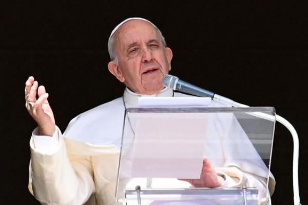 Paus Fransiskus menyampaikan pesannya dari jendela istana apostolik yang menghadap Lapangan Santo Petrus, saat ia mengadakan doa Angelus mingguannya di Vatikan pada hari Minggu. (Foto: The Korea Herald)